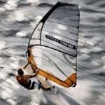 Ein Windsurfer in seinem Element.