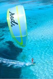 Ein Kite-Surfer in seinem Element.